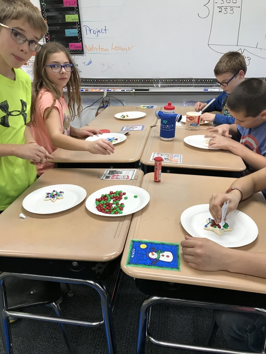 4th grade decorating cookies!
